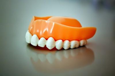 Prothese – herausnehmede Zahnersatz der ersetzt die fehlende Zähne